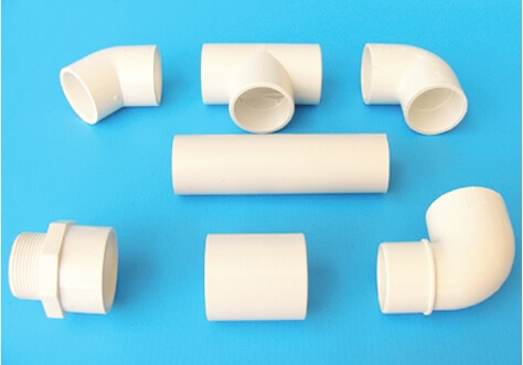Weiße Fittings und Rohr